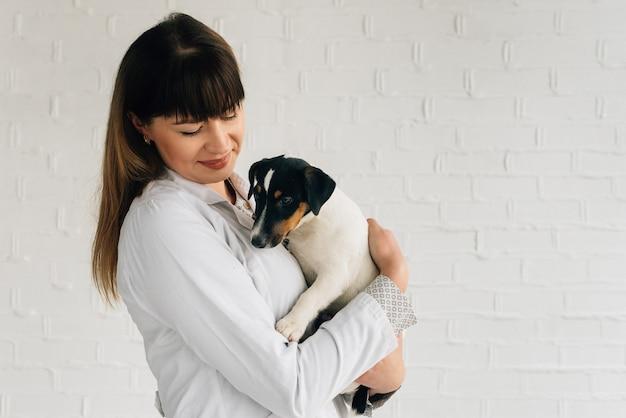 Assistenza veterinaria. veterinario medico e cane jack russell terrier. amo prendersi cura degli animali