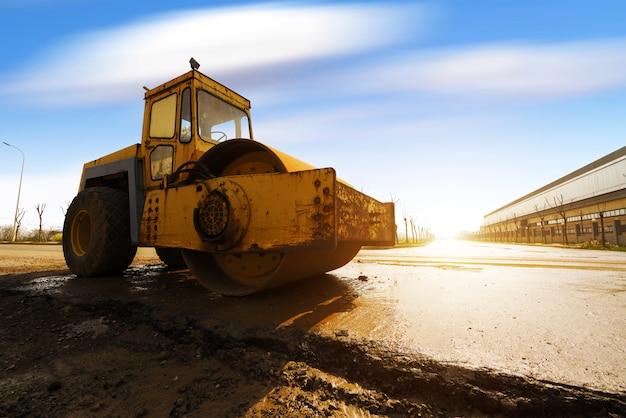 Compattatore vibrante del terreno che lavora al cantiere dell'autostrada