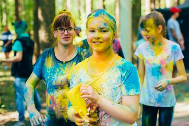 Vichuga, russia - 17 giugno 2018: festival dei colori holi. ragazze felici