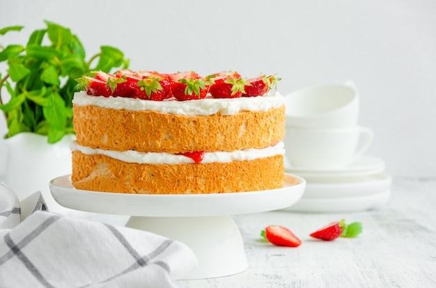 Pan di spagna victoria con marmellata di fragole e panna montata Foto Premium