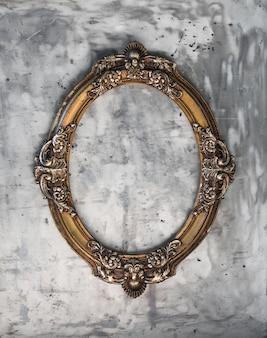 Cornice antica vittoriana su sfondo di metallo