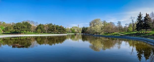 Parco pubblico della vittoria a odessa, in ucraina, in una soleggiata mattina di primavera.