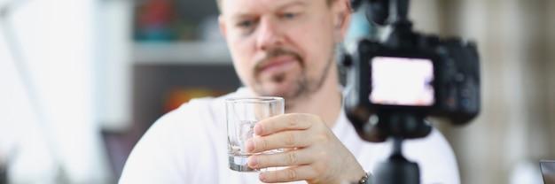 Il video blogger beve alcol da solo davanti alla telecamera