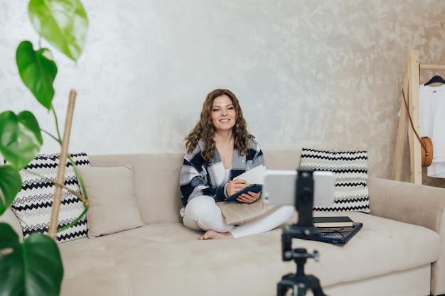 Video blogger gira contenuti video a casa prima della webcam