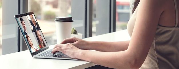 Videochiamata uomini d'affari che si incontrano sul posto di lavoro virtuale o in un ufficio remoto