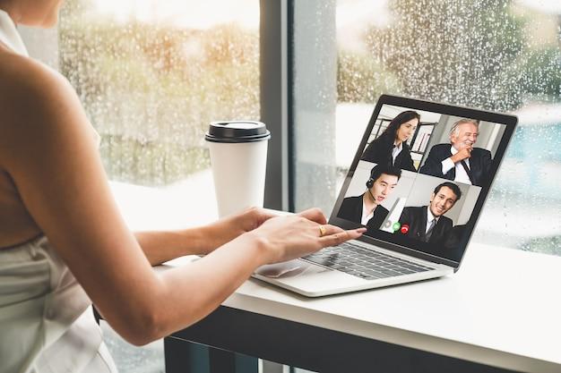 Videochiamate uomini d'affari che si incontrano sul posto di lavoro virtuale o in un ufficio remoto