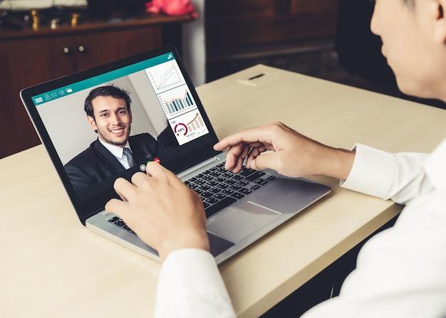 Gente di affari di videochiamata che si incontra sul posto di lavoro virtuale o sull'ufficio remoto