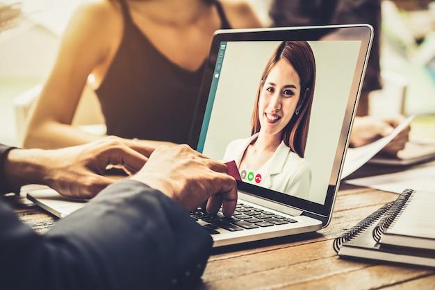 Uomini d'affari di gruppo di videochiamate che si incontrano sul posto di lavoro virtuale o in un ufficio remoto