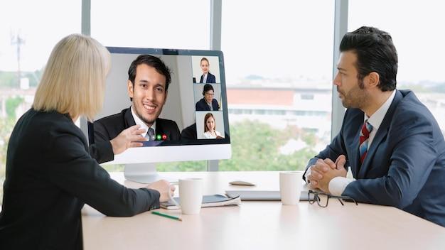 Gente di affari del gruppo di videochiamata che si incontra sul posto di lavoro virtuale o in un ufficio remoto