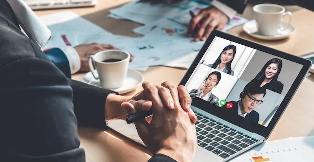 Gente di affari di gruppo di videochiamata che si incontra sul posto di lavoro virtuale o ufficio remoto