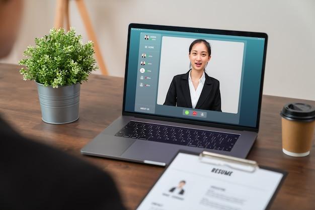 Videochiamate e colloqui per lavori online tramite laptop digitale