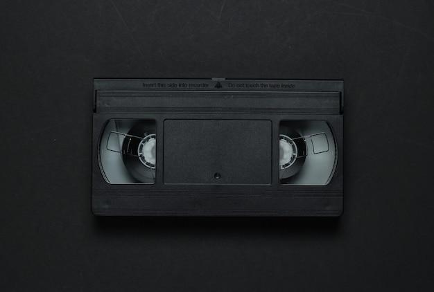 Videocassetta su sfondo nero. supporti di memorizzazione retrò, videocassetta. anni 80