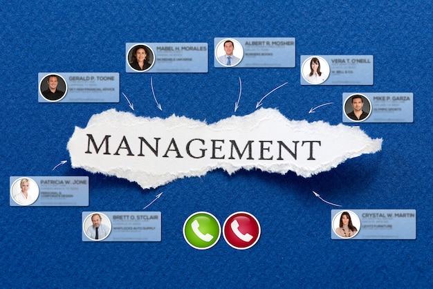 Videoconferenza che si svolge in uno sfondo blu con la parola gestione
