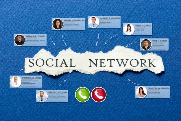 Videoconferenza che si svolge in uno sfondo blu con la parola social network