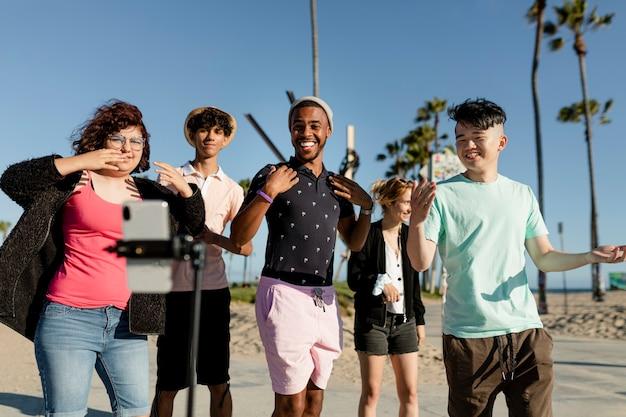Creatore di contenuti video che balla con gli amici a venice beach, los angeles