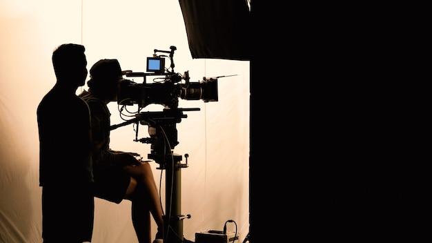 Produzione video dietro le quinte che la troupe cinematografica fa squadra durante le riprese di silhouette o la registrazione di film tv
