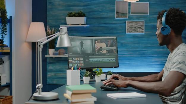 Videografo che lavora con effetti audio e visivi per il montaggio
