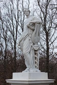 Vienna austria vienna statua nel parco del castello schonbrunn