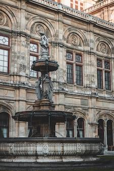 Vista della facciata del primo piano del teatro dell'opera di vienna con i dettagli