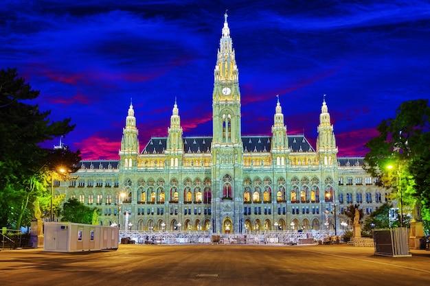 Municipio di vienna (rathaus) di notte.vienna. austria.