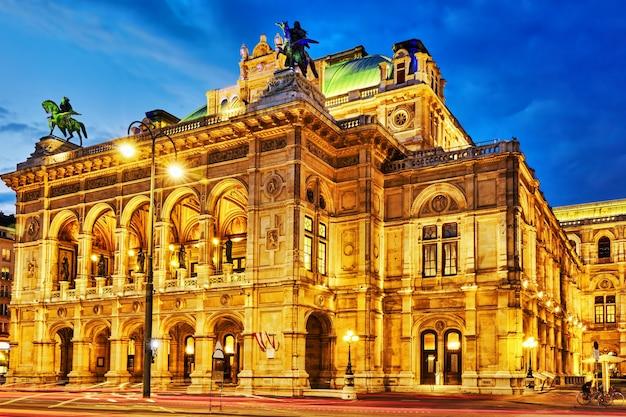 L'opera di stato di vienna è un teatro dell'opera.si trova nel centro di vienna, in austria. originariamente era chiamato opera di corte di vienna (wiener hofoper)