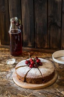 Torta di ciliegie viennese. torta di ciliegie tradizionale crostata con frutti di bosco. frutta stufata fatti in casa