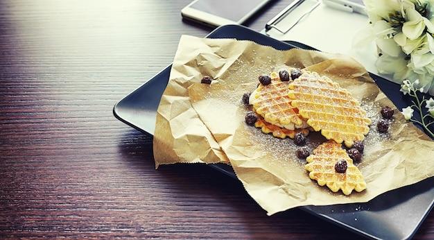 Waffle viennesi con ripieno. tavolino da caffè. un set di biscotti profumati per la colazione per le vacanze.
