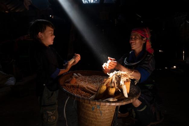Un contadino del vietnam che lavora durante l'ora del tramonto