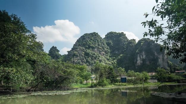 In vietnam. ho visto una vista panoramica del fiume, degli alberi e delle montagne e nel cielo azzurro nuvole fluttuanti.