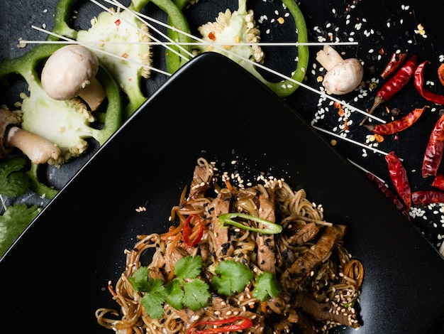 Cibo della cucina vietnamita. pasto tradizionale. piatto di carne di manzo di verdure tagliatelle di riso su un piatto