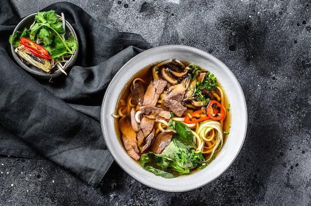 Zuppa di noodle di riso fresco vietnamita con erbe di manzo e peperoncino