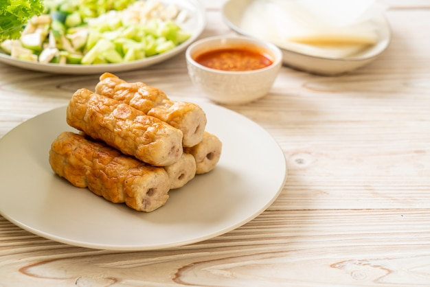 Polpetta di maiale vietnamita con involtini di verdure (nam-neaung o nham due). cultura culinaria tradizionale vietnamita