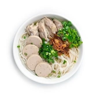 Zuppa di spaghetti di riso vietnamita con costine di maiale e salsiccia vietnamita