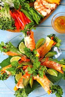 Rotoli vietnamiti con gamberi e verdure verticali