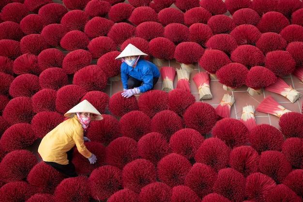 Donna vietnamita in una fabbrica di incenso in vietnam data 01/08/2021