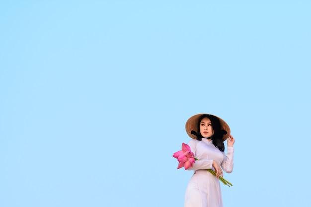 Donna vietnamita con abiti tradizionali