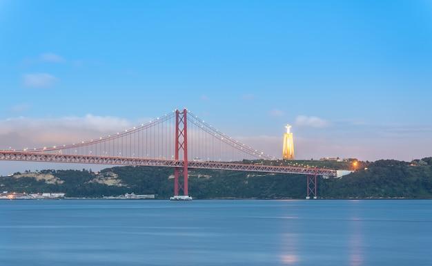 Vista del ponte 25 aprile (25 de abril in portoghese) all'ora blu.