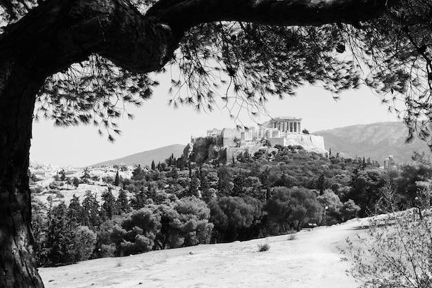 Vista sull'acropoli dalla collina delle ninfe ad atene, grecia. paesaggio greco in bianco e nero