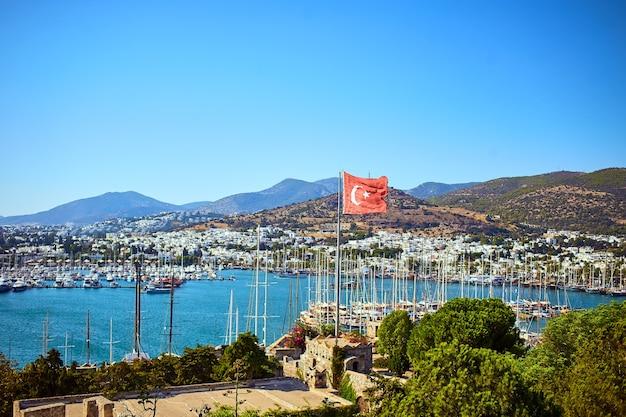 Vista del mare egeo, porto turistico tradizionale delle case bianche dal castello di bodrum, turchia