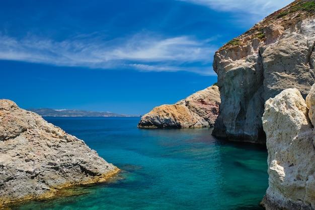 Vista del mar egeo con rocce isola di milos in grecia
