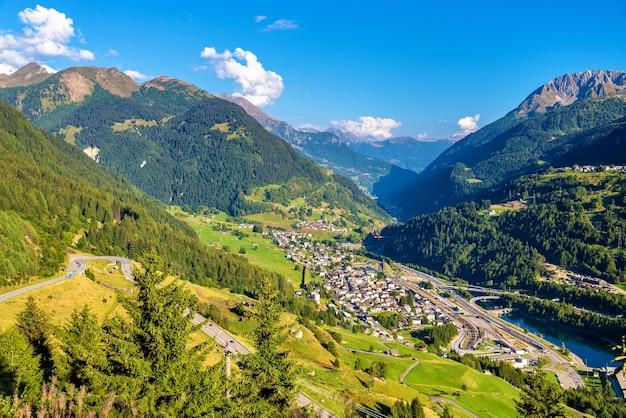 Vista del villaggio di airolo dal passo del gottardo in svizzera