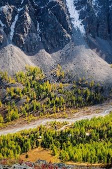 Vista della valle del fiume aktru e del campo alpino dal passo del maestro. cresta severo-chuysky, repubblica dell'altaj, russia