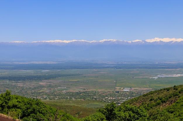 Vista sulla valle alazani e sulle montagne del caucaso da sighnaghi, kakheti, georgia