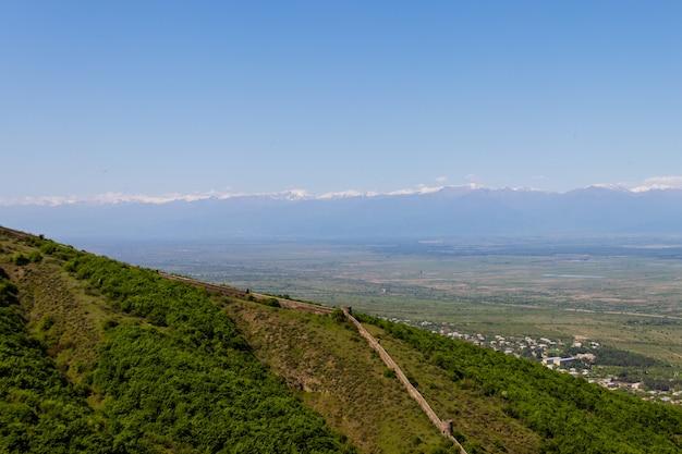 Vista sulla valle di alazani e sulle mura della città vecchia con torri intorno a una città sighnaghi, kakheti, georgia