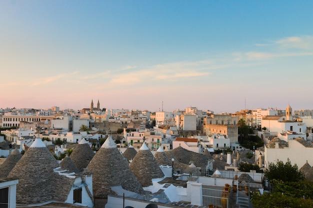 Vista di alberobello con tetti di trulli e terrazze, regione puglia, italia meridionale.