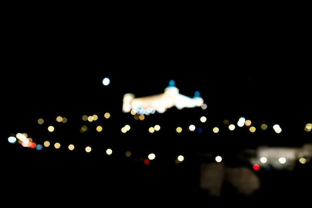 Vista dell'alcazar di toledo illuminata di notte. fotografia artistica. messa a fuoco selettiva. punti luce.