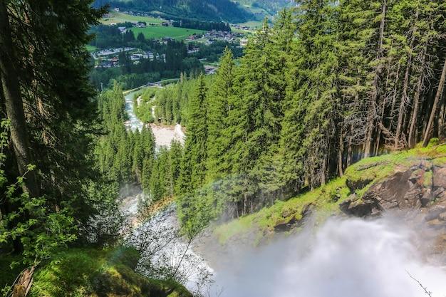 Visualizza la cascata di krimml d'ispirazione alpina in montagna in una giornata estiva. trekking nel parco nazionale alti tauri, austria