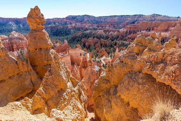 Vista di incredibili formazioni di arenaria hoodoos nel pittoresco parco nazionale di bryce canyon. stati uniti d'america