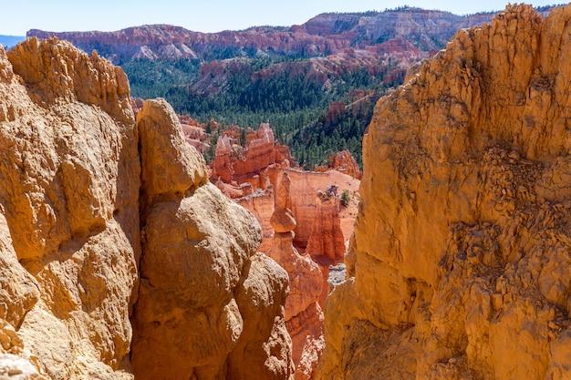Vista di incredibili formazioni di arenaria hoodoos nel pittoresco parco nazionale di bryce canyon. utah, usa