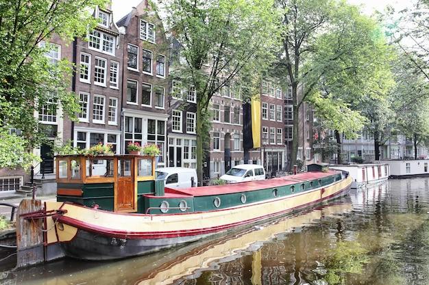 Vista del canale di amsterdam con barche, paesi bassi
